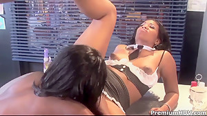 Black lezzies Angel Banxxx and Sydnee Capri get wet