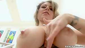 Short haired Velicity Von gets her ass pluged